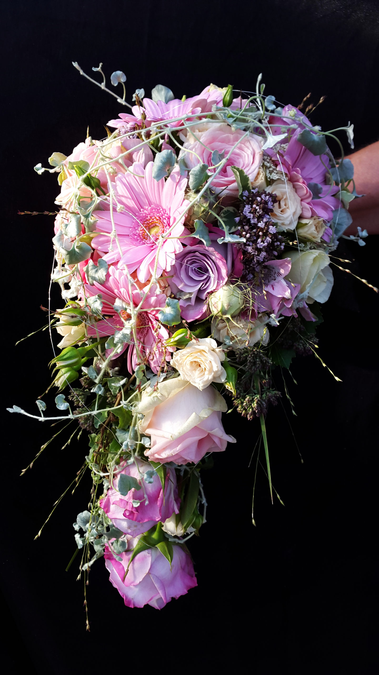 Abfließender Brautstrauß In Pink Und Lilatönen