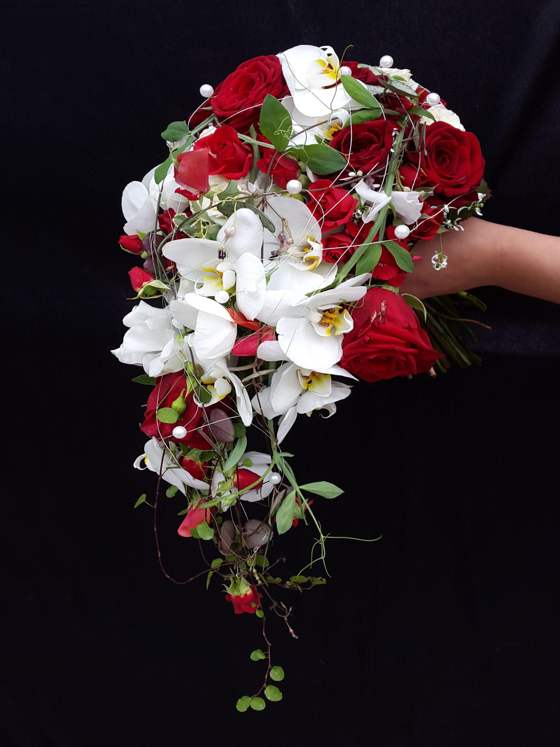 Brautstrauß Abfließend Mit Orchideen Und Roten Rosen