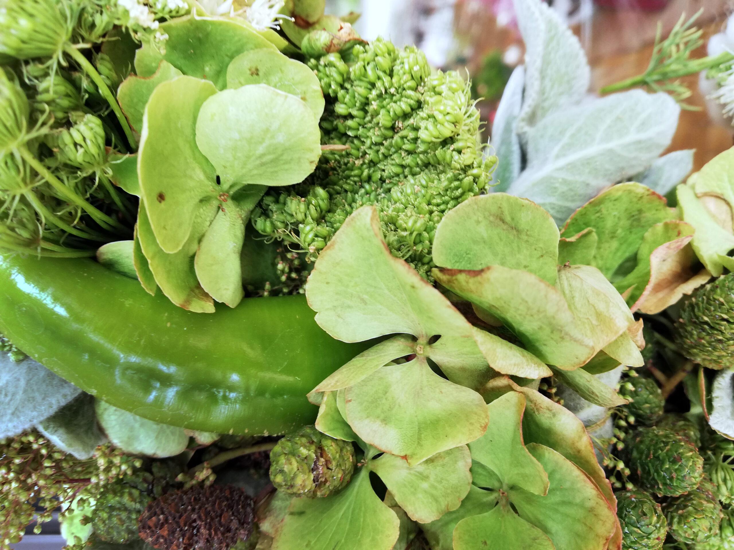 Grüner Kranz mit Peperoni