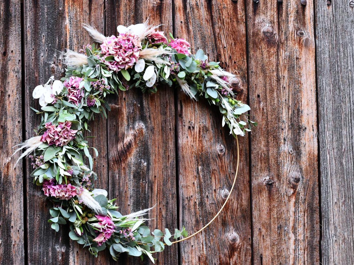 Kranz Mit Blüten Und Eukalyptus
