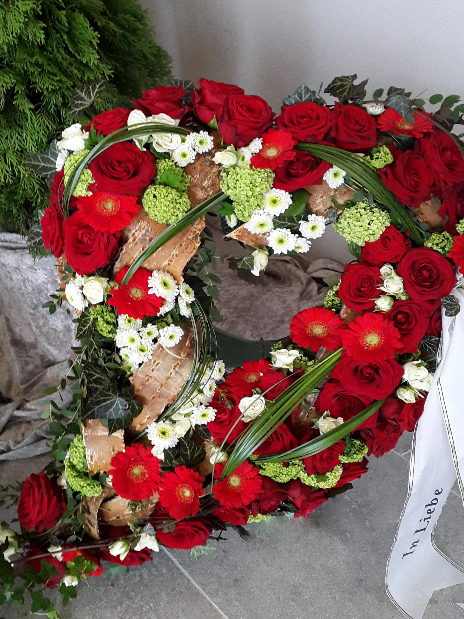 Mit Blüten Gestecktes Herz Fürs Grab