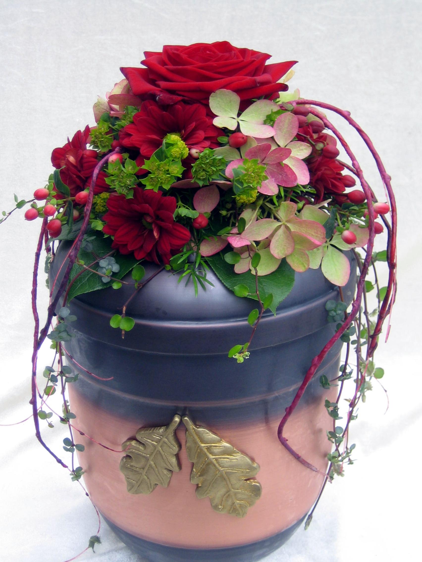 Urnendeko Mit Roten Rosen