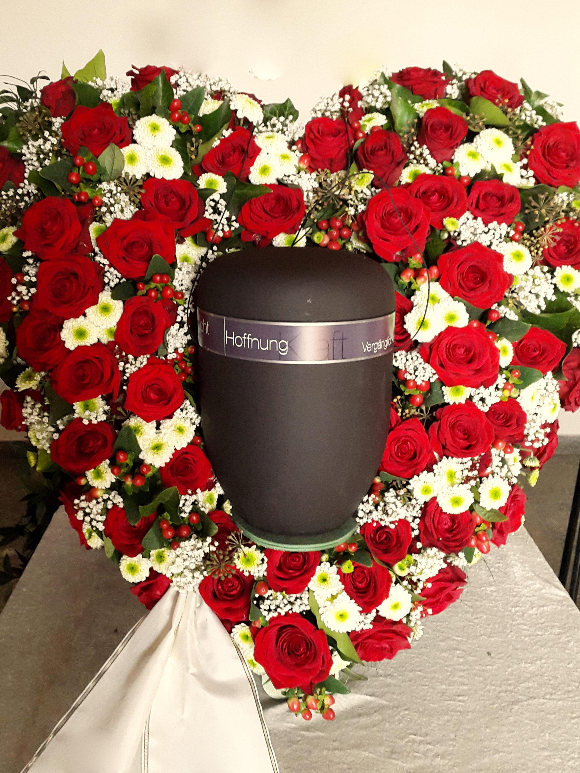 Urnendekoration Mit Herz Mit Roten Rosen